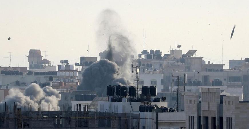 دخان يتصاعد من أبنية في غزة بعد تعرضها لقصف إسرائيلي في 5 مايو (رويترز)