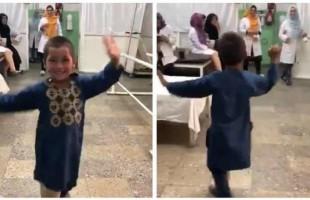 رقص فرحاً.. قصة الطفل مبتور القدم الذي خطف الألباب