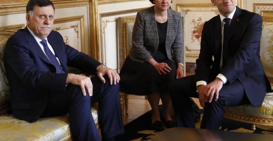 الرئيس الفرنسي إيمانويل ماكرون ورئيس حكومة الوفاق الليبية فايز السراج في باريس (أ. ب)