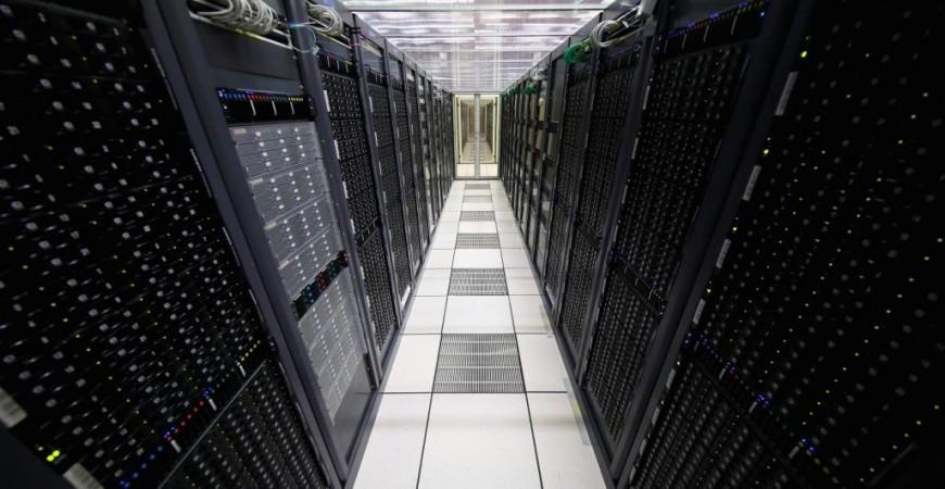 مستودعات المعلومات تحتوي على خوادم لتخزين كميات ضخمة من المعلومات السرية والمهمة (غيتي)