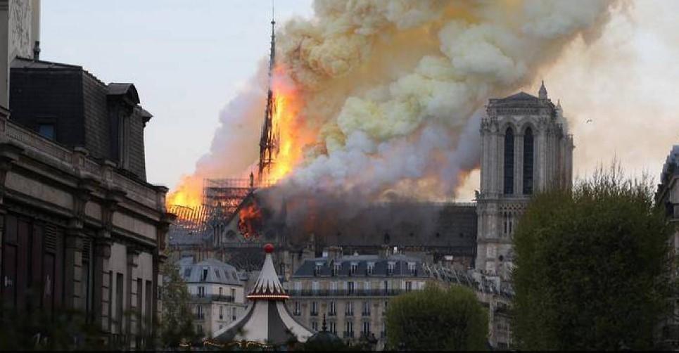 "بالفيديو- حشود ترتّل ""Ave Maria"" أمام مشهد حريق ""نوتردام"""