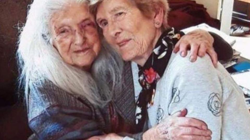 مسنة أيرلندية تلتقي والدتها المعمّرة بعد عقود من الغياب