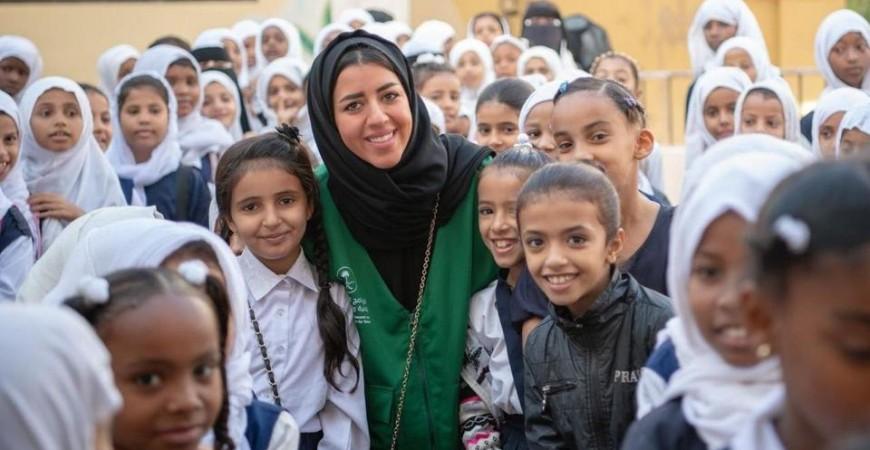 رنده الهذلي بين مجموعة من أطفال اليمن