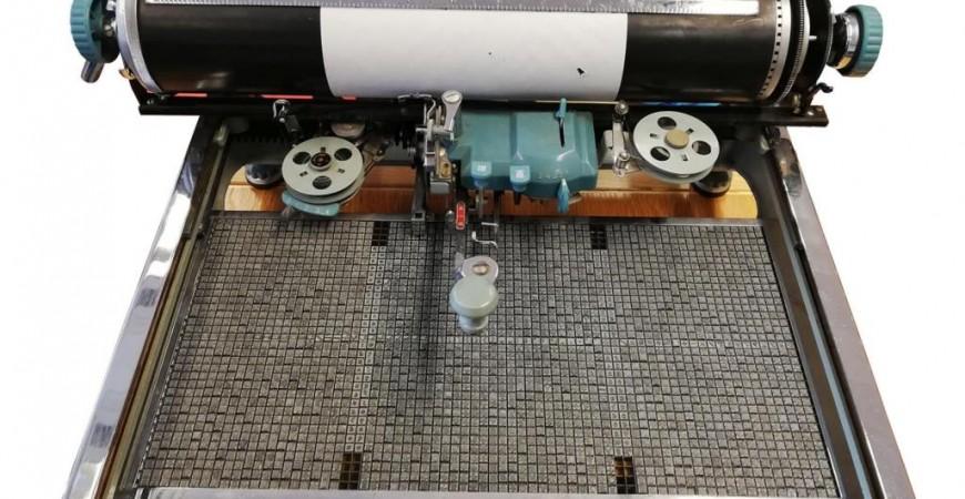 """آلة كاتبة صينية قديمة من مقتنيات المتحف البريطاني المعروضة ضمن فعالية """"الكتابة.. اصنع علامتك الخاصة"""" (مواقع إلكترونية)"""
