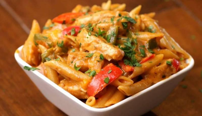 معكرونة الفاهيتا طبق رمضاني مبتكر: دجاج وفليفلة وجبنة!