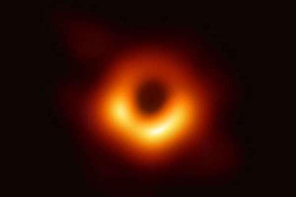 """نشر أول صورة على الإطلاق لـ """"الثقب الأسود"""""""