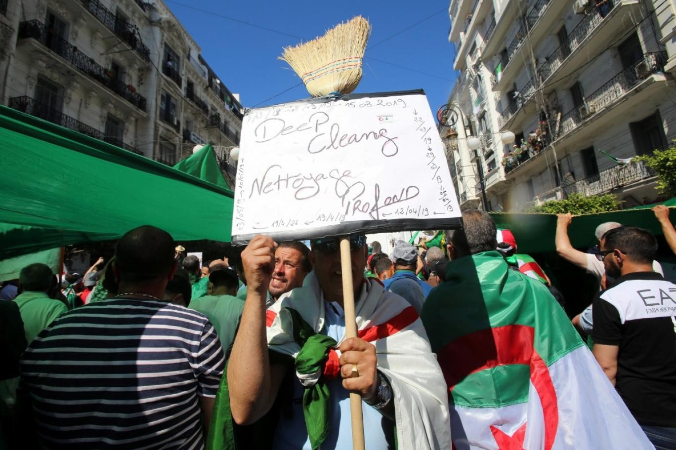 متظاهرون جزائريون في تظاهرة في 10 مايو (رويترز)