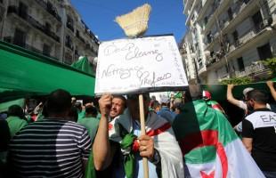 """""""الرجل القوي"""" في الجزائر يواجه الحراك بـ""""أسلحته"""""""
