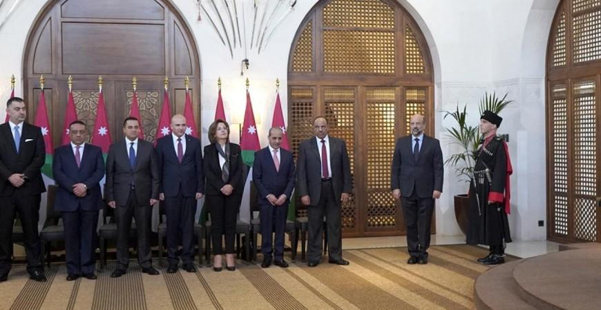 الوزراء الأردنيون الجدد يؤدون اليمين الدستورية أمام الملك عبد الله الثاني في عمان (أ.ف.ب)