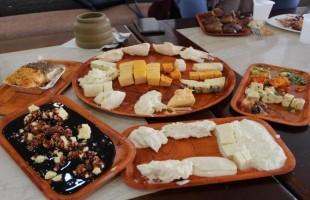 """""""المطعم الأبيض"""" في الجزائر.. أكلات الأجداد بلمسات الأحفاد"""