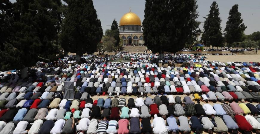 حشود من المصلين في المسجد الاقصى (أ ف ب).