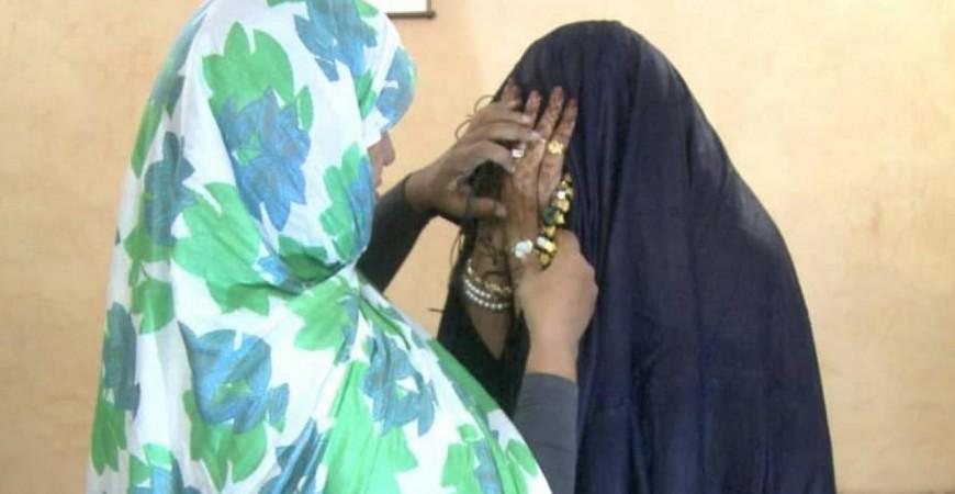 عروس موريتانية بردائها الأسود (اندبندنت عربية)