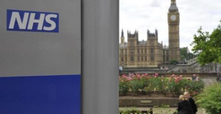 لافتة للخدمات الصحية الوطنية (NHS) في مستشفى سانت توماس القريب من مقر البرلمان في لندن (رويترز)