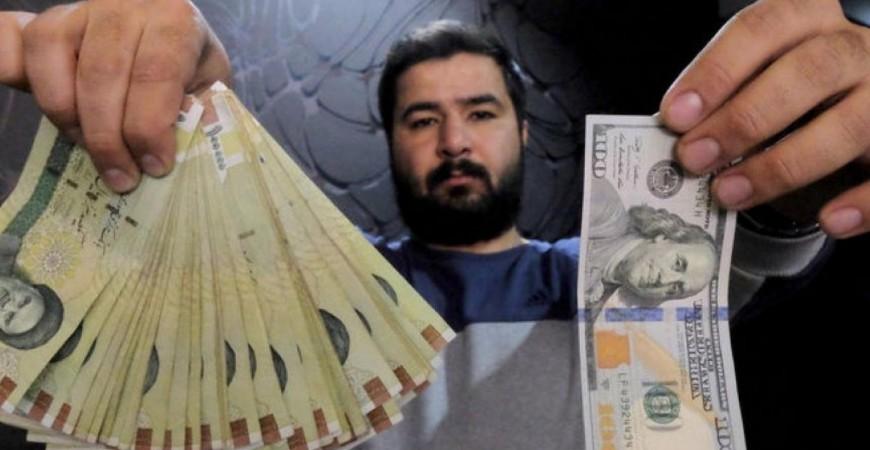 العملة الإيرانية تنهار أمام الدولار الأميركي بعد العقوبات (رويترز)