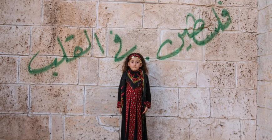 """طفلة بالثوب الفلاحي الفلسطيني خلال تصوير مسلسل """"الروح"""" الذي عُرض على قناة الأقصى (أحمد حسب الله)"""