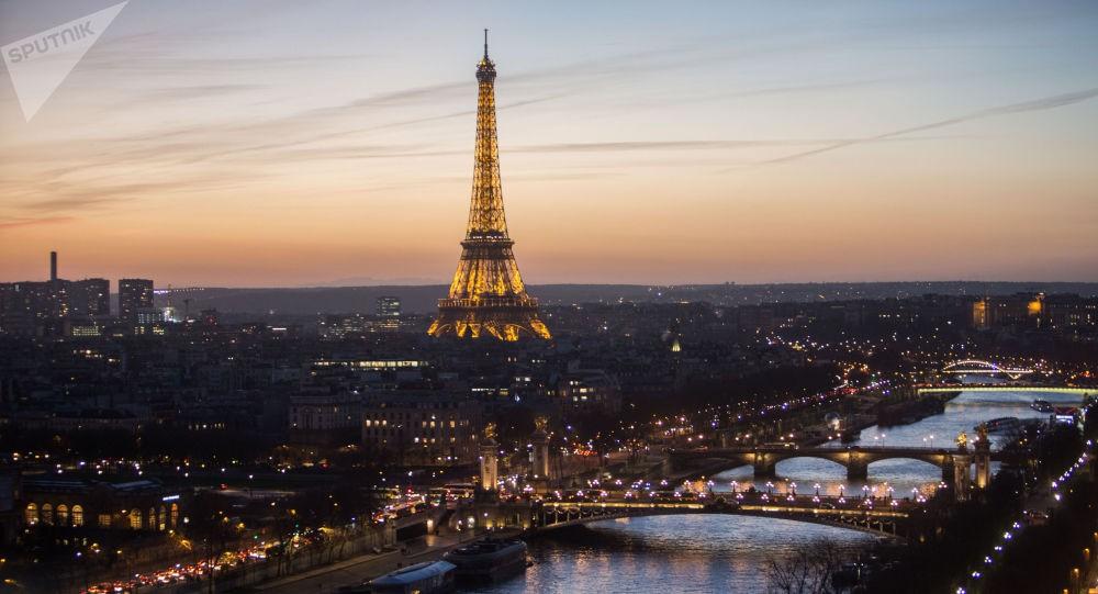 """إخلاء برج إيفل في باريس بعد رصد """"متسلق"""""""