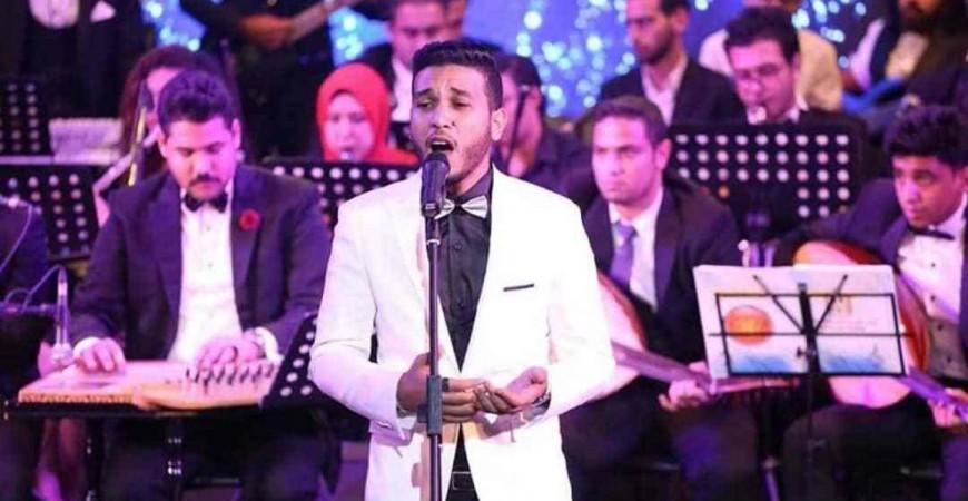 المنشد مينا عاطف في إحدي حفلاته (إندبندنت عربية)