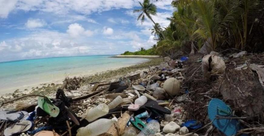 صار البلاستيك هو المصدر الأول لتهديد البيئة في المحيطات وجزرها (أ.ف.ب)