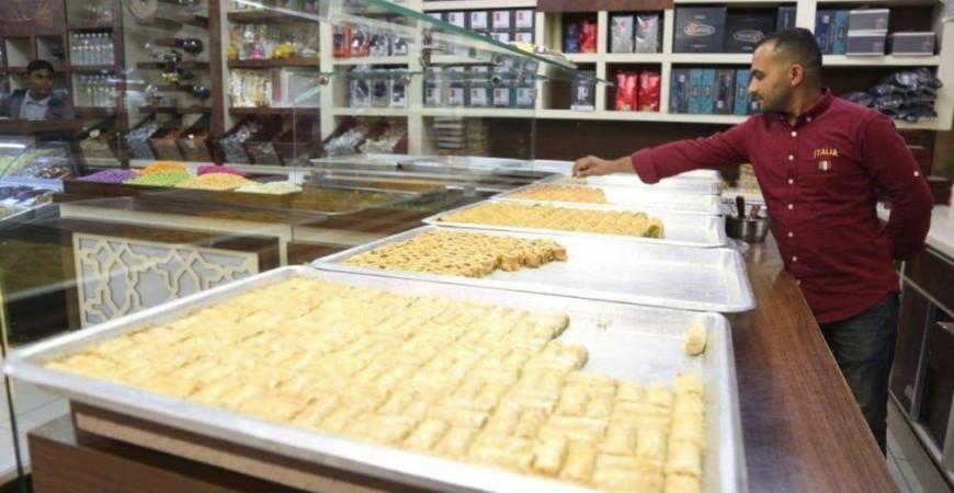 محل للمعجنات والحلويات في الناصرية وتظهر البقلاوة في الصورة (الجزيرة نت)