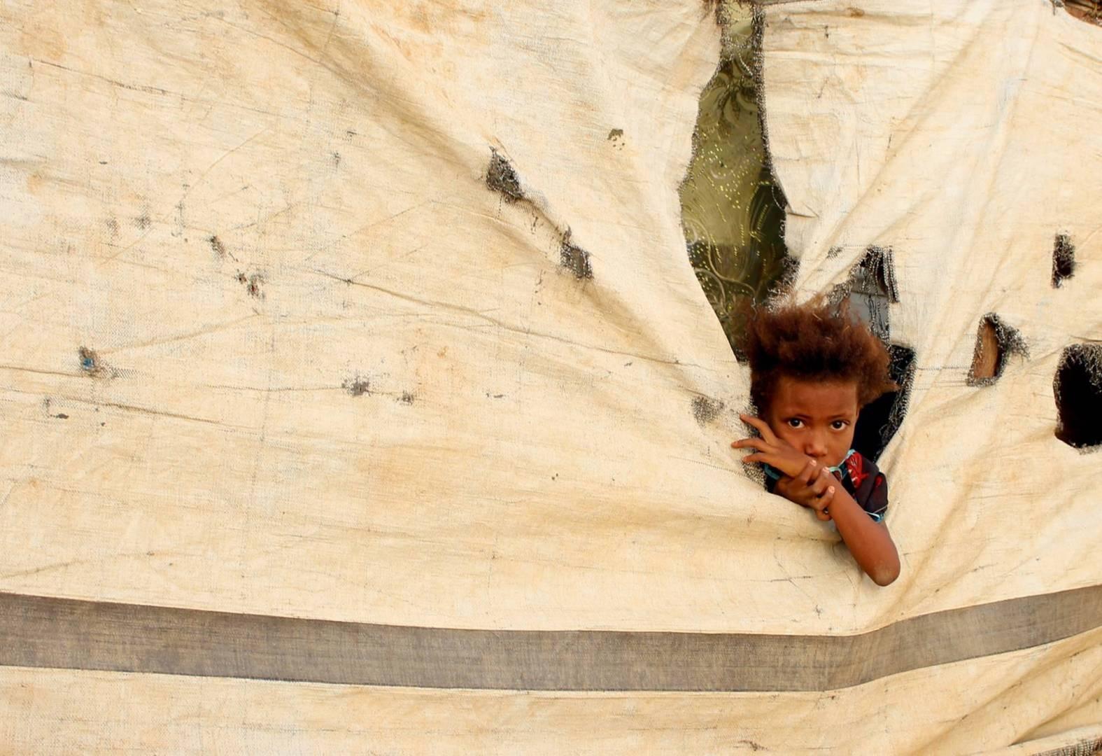 """برنامج الأغذية العالمي يهدّد بوقف المساعدات في مناطق الحوثيّين باليمن بسبب """"اختلاسات"""""""