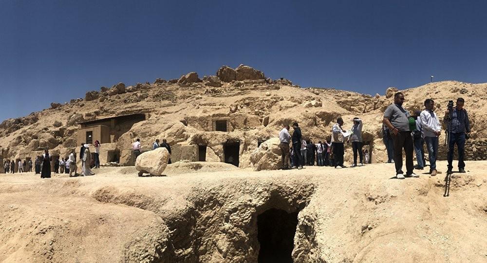 هل استطاع فك اللغز... عالم مصريات يكشف سر الأبواب الوهمية بمقابر الفراعنة