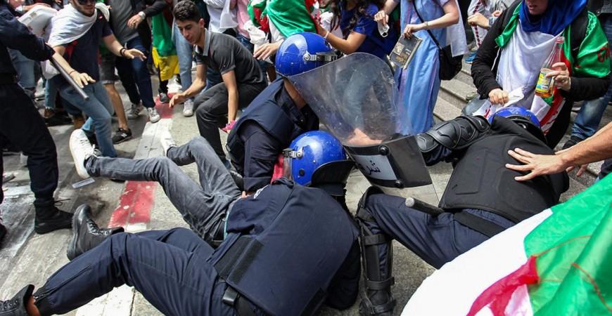 اشتباك بين طلاب جزائريين والقوى الأمنية في العاصمة في 21 مايو (أ.ف.ب)