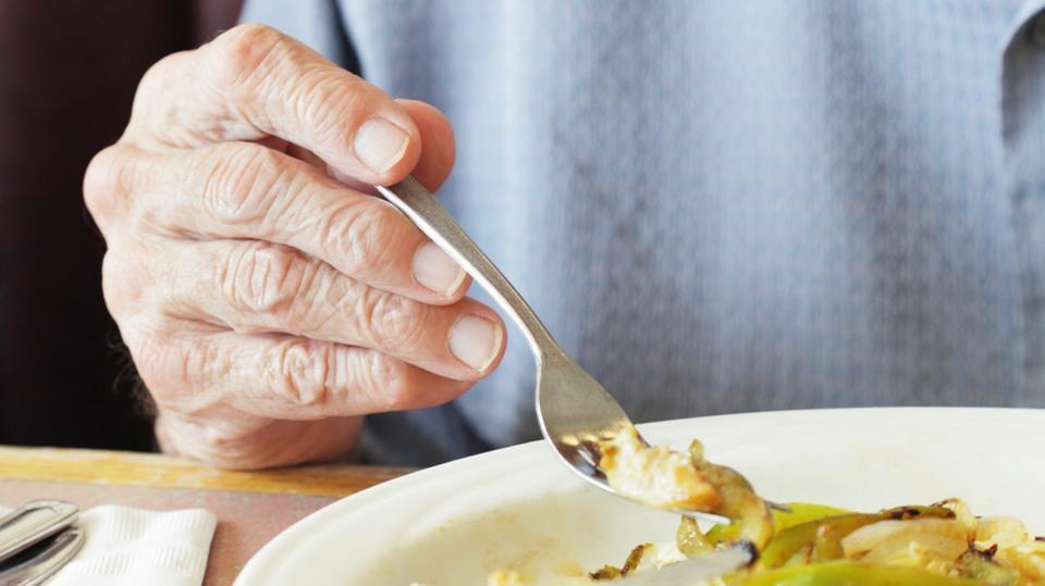 في دبي.. مسن شعر بالوحدة على العشاء فاتصل بالطوارئ