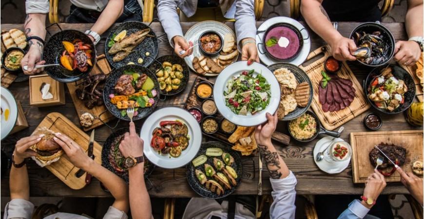 ضع الأطعمة الزائدة والمطبوخة في مكان مرتفع في الثلاجة فوق الأغذية الطازجة أو غير المطبوخة