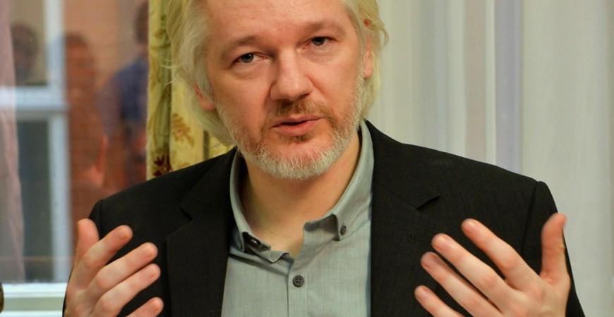 مؤسس ويكيليكس في أحد المؤتمرات الصحافية بسفارة الإكوادور في لندن (رويترز)