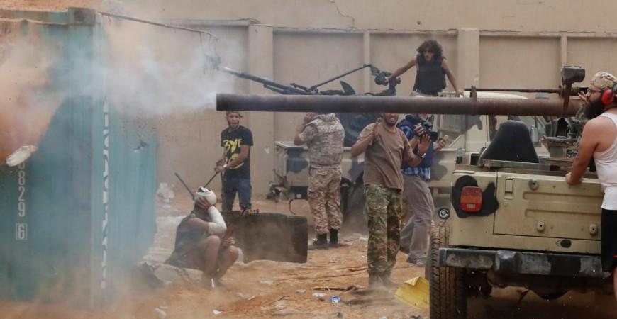 اشتباكات بين قوات موالية للحكومة الليبية مع قوات حفتر على مشارف طرابلس (رويترز)
