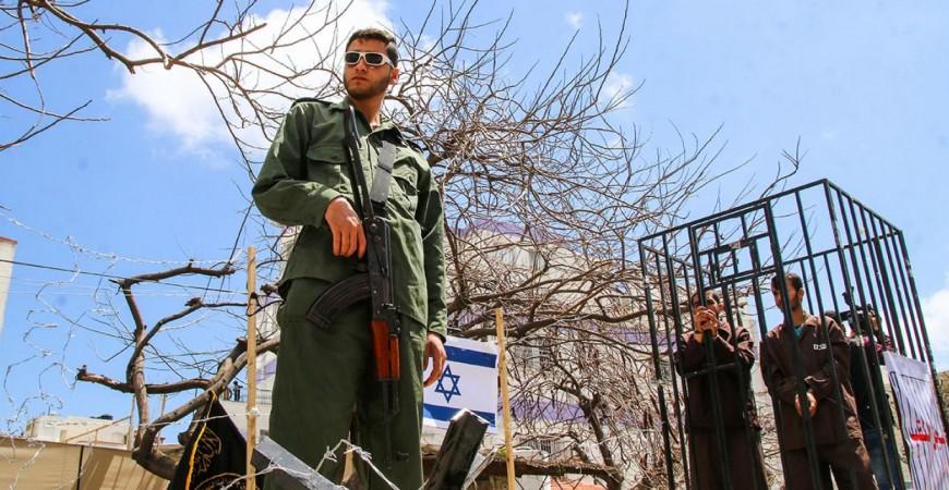 مشهد تمثيلي في قطاع غزة يحاكي واقع الأسرى في السجون الإسرائيلية (أحمد حسب الله)