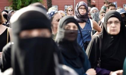 حملة تضامن مع طبيب بريطاني يواجه الفصل بسبب مطالبته مسلمة بنزع نقابها