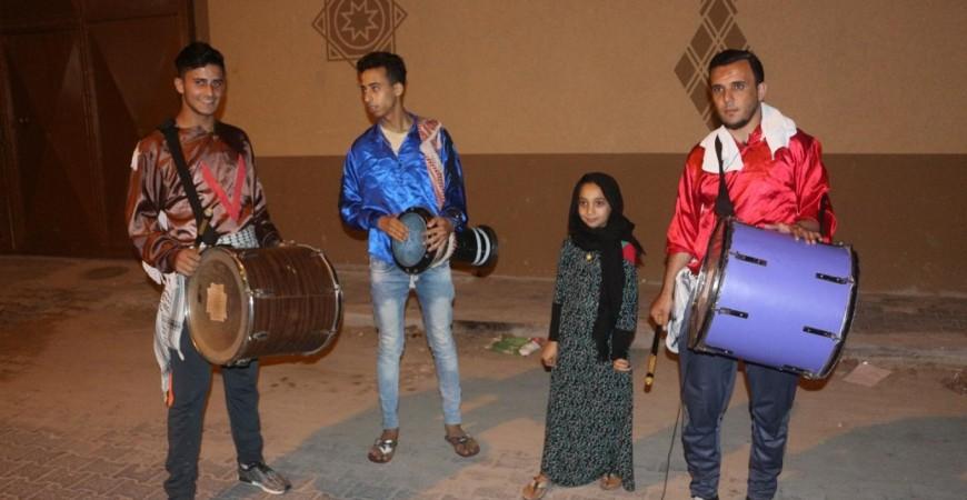 المسحراتي حازم الكتناني يتجول في غزّة ليغني للضفة الغربية والقدس والوحدة والوطنية