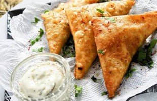 السمبوسك بالسجق: زيّن مائدة رمضان بأطيب الأطباق!