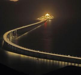بالفيديو... لحظة انهيار جسر وسقوط سيارات في المياه