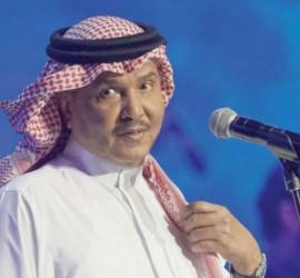 شاهدوا بالفيديو: رد فعل محمد عبده عندما وقفت الجرادة على جبينه أثناء حفله في القصيم