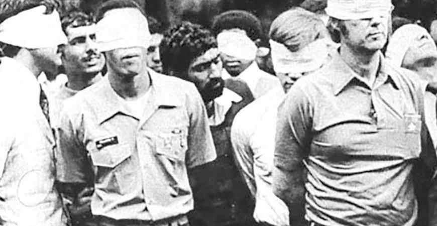 الرهائن الأميركيون معصوبو الأعين وخاطفوهم الإيرانيون خارج السفارة الأميركية في طهران عام 1979 (رويترز)