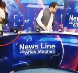 خلال مناظرة تلفزيونية.. سياسي باكستاني يهاجم صحفيًا بلكمات متتالية