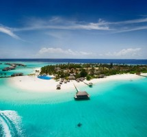 استمتعوا بالسباحة في واحدة من أصفى المياه الفيروزية في العالم في جزر المالديف (غيتي)