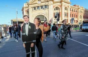 """بالصور: أرملة أسترالية تجوب العالم مع """"زوجها المتوفَّى"""""""