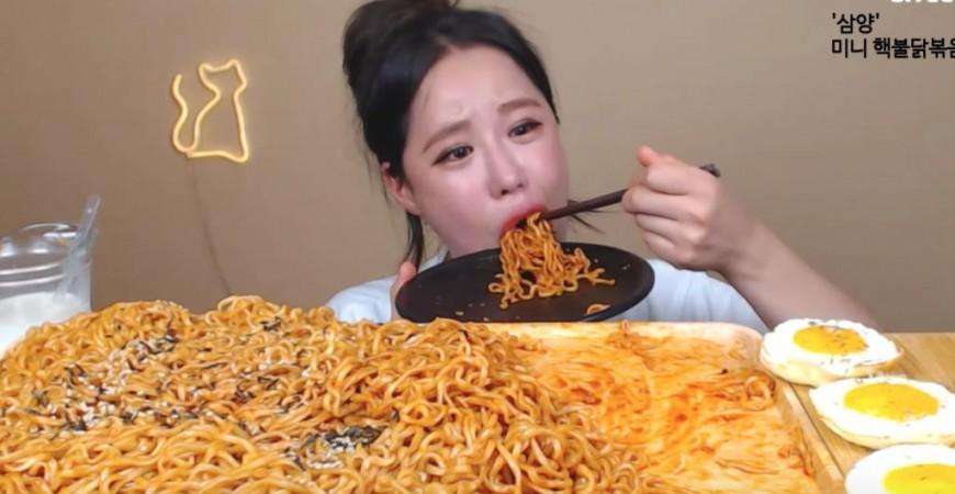 عروض موك بانغ تعتمد على تناول كميات هائلة من الطعام بناء على ما يطلبه الجمهور (مواقع التواصل)