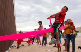 """الأرجوحة الوردية.. تحمل الأمريكيين وعلى الطرف الآخر المهاجرين المكسيكيين تحديًا لـ""""ترامب"""""""