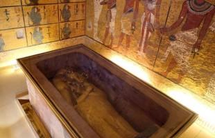 تمثال مصري يخضع لعملية انتظرها 97 سنة!