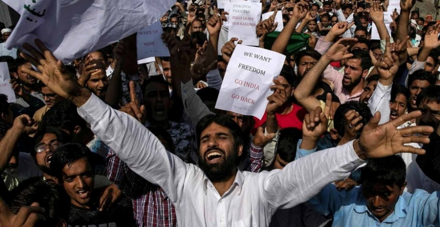 سكان كشمير يشاركون في احتجاج في سريناغار في 12 آب/ أغسطس بعد أن ألغت الحكومة الهندية الوضع الدستوري الخاص بكشمير.