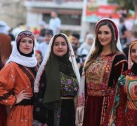 """بالثوب و""""القمباز"""".. الفلسطينيون يتحدّون """"إسرائيل"""" ويدافعون عن هويتهم"""
