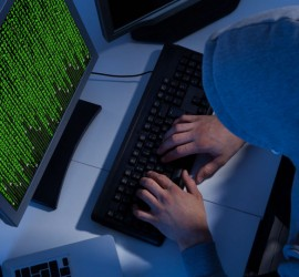مبرمج يطور قنبلة إلكترونية بمجرد فتحها يمكن أن ينفجر الكمبيوتر