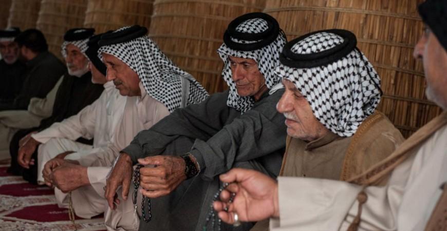 اجتماع لعدد من قادة العشائر العراقية في مضيف من القصب في منطقة ذي قار جنوبي العراق( غيتي)