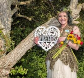 """لمنع قطعها.. سيدة بريطانية تتزوج """"شجرة بلوط"""" وتغير كنيتها"""