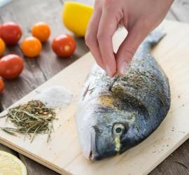 كيفية تناول السمك بطريقة صحية حسب الدهون المكوّنة لها