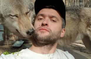 """رجل أعمال روسي يروض ذئابا مفترسة ويصبح نجما على """"إنستغرام""""... صور + فيديو"""